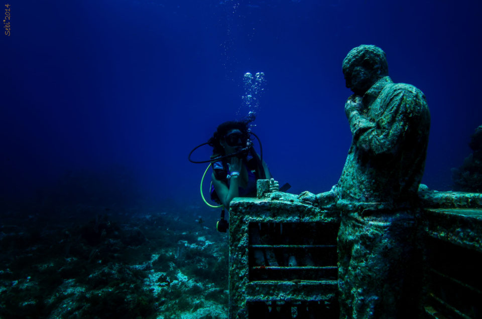 Padi first dive lessons for America - Cancun Underwater Museum